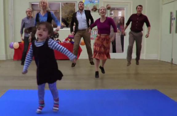 Marketing Viral: Cute Girl Has A Catchy Dance